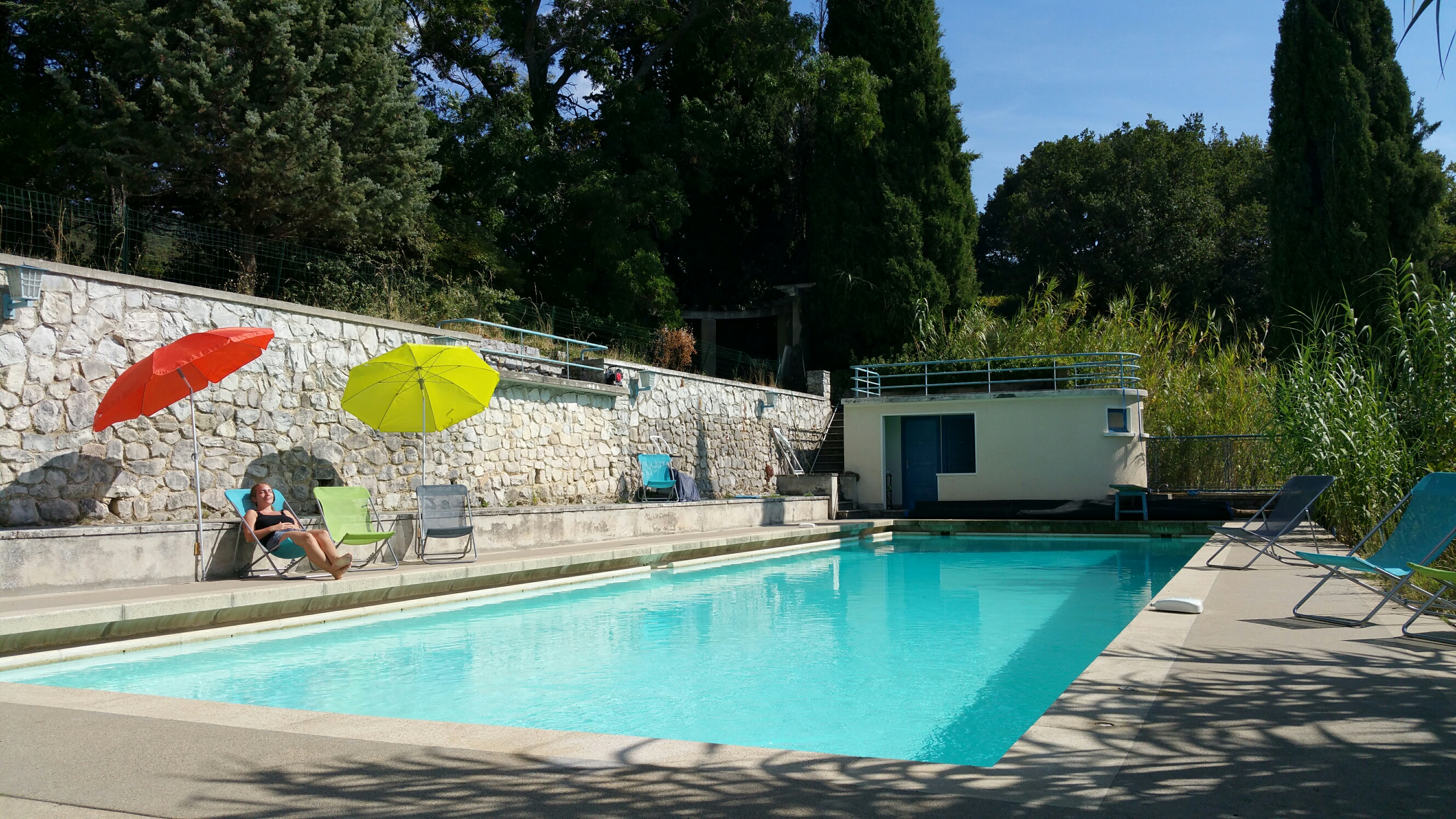 La temp rature de l 39 eau de la piscine oscille entre 28 et for Temperature piscine